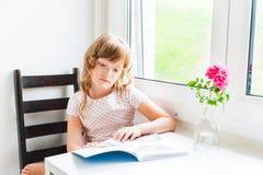 Bambina che legge un libro Fotografia Stock