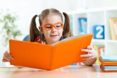 Bambina che legge un libro Fotografie Stock Libere da Diritti