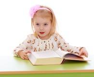 Bambina che legge un libro Fotografia Stock Libera da Diritti