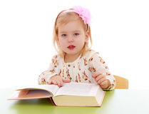 Bambina che legge un libro immagini stock