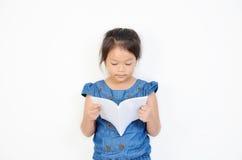 Bambina che legge un libro isolato Immagini Stock