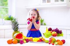 Bambina che mangia anguria Immagine Stock