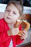 Bambina che mangia bagel turco fotografia stock libera da diritti