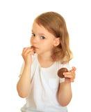 Bambina che mangia cioccolato. fotografie stock libere da diritti