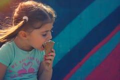 Bambina che mangia cono gelato Fotografie Stock Libere da Diritti