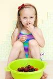 Bambina che mangia frutta Fotografia Stock