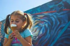 Bambina che mangia il gelato Fotografia Stock