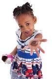 Bambina che mangia l'uovo di Pasqua del cioccolato Fotografia Stock Libera da Diritti