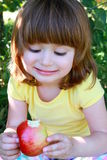 Bambina che mangia mela Immagine Stock