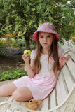 Bambina che mangia mela verde Immagine Stock