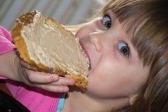 Bambina che mangia pagnotta con patè Immagine Stock Libera da Diritti