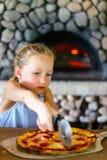 Bambina che mangia pizza Fotografie Stock Libere da Diritti