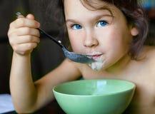 Bambina che mangia prima colazione sana Fotografie Stock