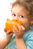 Bambina che mangia un grande pepe Fotografie Stock