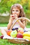 Bambina che mangia una mela fotografia stock libera da diritti