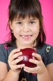 Bambina che mangia una mela rossa Fotografia Stock Libera da Diritti