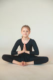 Bambina che meditating Fotografie Stock