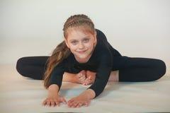 Bambina che meditating fotografie stock libere da diritti
