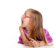 Bambina che mette su pavimento isolato Fotografia Stock Libera da Diritti