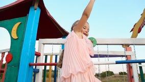 Bambina che ondeggia sul campo da giuoco stock footage