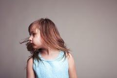 Bambina che oscilla i suoi capelli Fotografie Stock