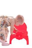 Bambina che osserva in banale Fotografie Stock Libere da Diritti