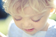 Bambina che osserva giù Fotografie Stock