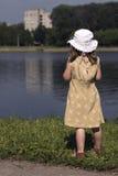 Bambina che osserva via Fotografia Stock Libera da Diritti
