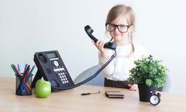 Bambina che parla sul telefono fotografia stock
