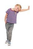 Bambina che pende contro una parete bianca. Fotografia Stock