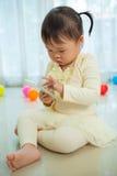 Bambina che per mezzo del telefono cellulare Immagine Stock