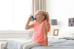 Bambina che per mezzo dell'inalatore di asma immagini stock libere da diritti