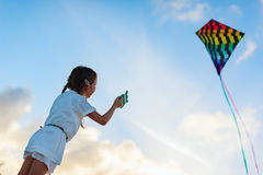 Bambina che pilota un cervo volante Fotografie Stock