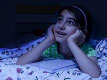 Bambina che pone a letto fantasticare, Immagini Stock