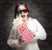 Bambina che porta i vetri 3D fotografie stock