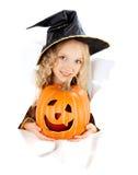 Bambina che porta un costume di carnevale della strega di Halloween Fotografie Stock Libere da Diritti