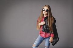 Bambina che posa come un modello di moda Fotografia Stock