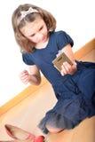 Bambina che posa mentre componendo Immagine Stock Libera da Diritti