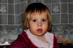 Bambina che posa per il fotografo fotografia stock