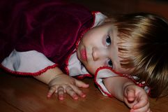 Bambina che posa per il fotografo fotografie stock libere da diritti