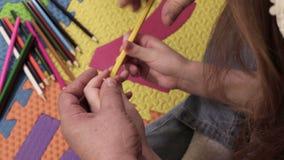 Bambina che pratica matita tagliente archivi video