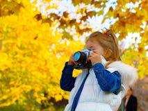 Bambina che prende immagine facendo uso della macchina da presa d'annata Fotografie Stock Libere da Diritti