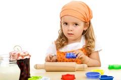 Bambina che prepara produrre i biscotti Immagini Stock