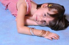 Bambina che propone nello studio fotografia stock