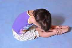 Bambina che propone nello studio fotografia stock libera da diritti