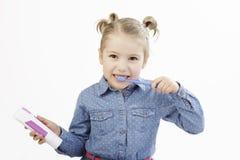 Bambina che pulisce i suoi denti Fotografie Stock Libere da Diritti