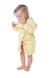 Bambina che pulisce i suoi denti isolati immagine stock libera da diritti