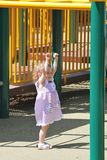 Bambina che raggiunge per le barre Fotografie Stock Libere da Diritti
