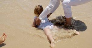 Bambina che rema nella spuma archivi video