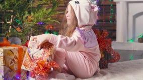 Bambina che riceve il suo regalo di Natale stock footage